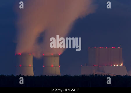 Les tours de refroidissement d'une centrale à Brown-Coal la nuit .