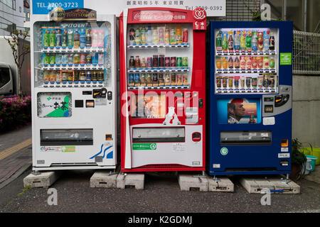 Tokyo, Japon - 11 mai 2017: des distributeurs automatiques de boissons dans une rue de Tokyo Banque D'Images