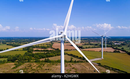 Éoliennes dans un champ près de Sainte Pazanne, France Banque D'Images