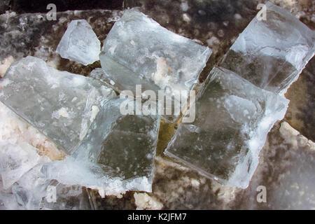 La glace fond belle après une forte gelée. gros cubes Banque D'Images