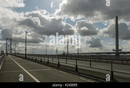 Queensferry, UK. Août 30, 2017. Le Forth Road Bridge est déserte comme le Queensferry Crossing a vu un fort trafic sur c'est la première journée de travail. À 1,6 miles de long, il est le plus long pont du séjour dans le monde, l'établissement des coûts €1,35 milliards de dollars. Le pont sera ouvert officiellement par la Reine le 04 septembre, exactement 53 ans après avoir ouvert le Forth Road Bridge, qui le remplace. Passage Queensferry Credit: Alan Paterson/Alamy Live News