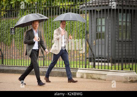 Londres, Royaume-Uni. Août 30, 2017. TRH Princes William et Harry marcher vers la gauche hommages floraux aux portes de Kensington Palace à gauche à la mémoire de leur mère, la princesse Diana, à la veille du 20e anniversaire de sa mort. Le mercredi 30 août 2017 Crédit: Amanda rose/Alamy Live News