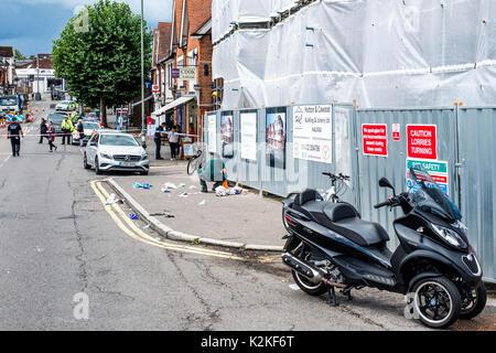 La rue, ashtead, Surrey, Royaume-Uni, 31 août 2017 urgence serives. les lieux d'un grave accident de la route, y compris un hems air ambulance. Une femme dans son 70s' a subi de graves et mortelles les blessures à la tête après avoir été frappé par une moto et a été transférée, par la route, à st.georges hospital à Tooting, dans le sud de Londres.