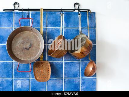 Cuisine intérieur avec vintage ustensile en cuivre. L'ensemble de cuisson à l'ancienne. Pan, cuillère, skimmer hanging Banque D'Images