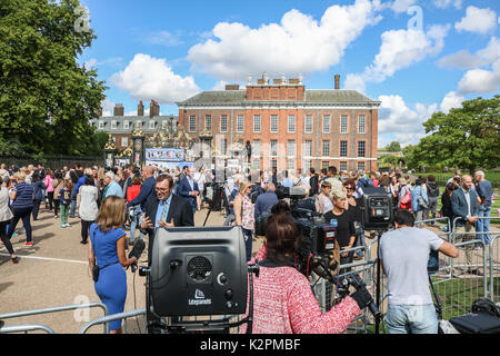 London UK. 31 août 2017. Wellwishers continuent d'arriver en dehors des portes du palais de Kensington à Londres pour rendre hommage au 20ème anniversaire de la mort de Diana Princesse de Galles qui est décédée tragiquement dans un accident de voiture mortel à Paris le 31 août 1997 Credit: amer ghazzal/Alamy Live News