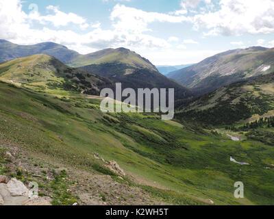 L'été dans la toundra dans le Parc National des Montagnes Rocheuses au Colorado.White puffy nuages ombres sur la Banque D'Images