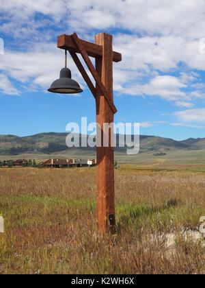 De style rustique, rue du bois de la lumière sur une prairie dans le Colorado. Il y a un ciel bleu avec des nuages Banque D'Images