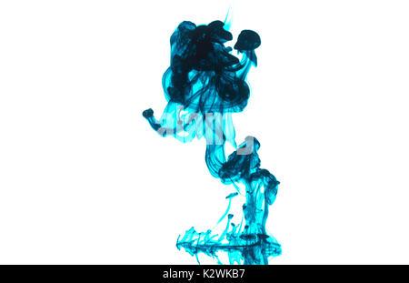 c025e886440 Couleur bleu goutte dans l eau photographié en mouvement. Nuage d encre  bleue dans l eau isolé sur blanc. Résumé fond Banque D Images