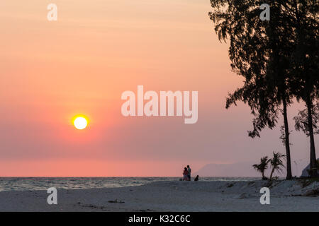 Couple et chien regardant le lever du soleil, Sunrise Beach, Koh Lipe, Satun, Thailande