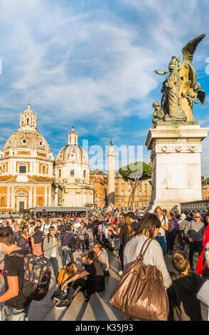 Les touristes à piazza venezia en face de sculpture de bronze à l'entrée de monumento nazionale a Vittorio Emanuele Banque D'Images
