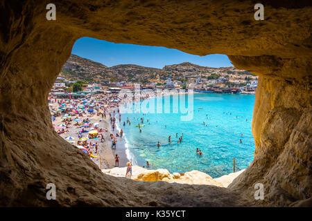 La plage de Matala avec des grottes sur les roches qui ont été utilisés comme un cimetière romain et à la décennie Banque D'Images