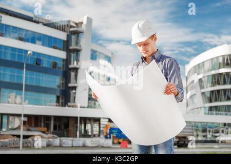 Architecte au casque avec les bleus au travail