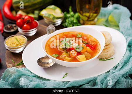 Minestrone - 'big soup', soupe avec de nombreux ingrédients - un plat de la cuisine italienne, la soupe aux légumes Banque D'Images
