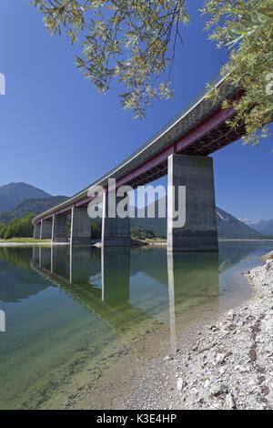 Pont sur le barrage de Sylvenstein, près de l'automne, Lenggries, Haute-Bavière, Bavière, Allemagne, Banque D'Images