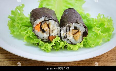 La cuisine japonaise traditionnelle, Vagetarian Riz japonais Maki Sushi Roll Stuff au tofu et aux carottes enveloppée Banque D'Images