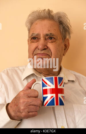 L'homme jouissant d'un tasse de thé de l'après-midi Banque D'Images