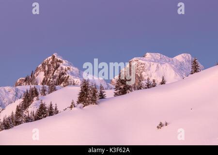 Vue depuis le Idealhang à Brauneck montagne à l'Achselköpfen et Benediktenwand (montagnes), Augsburg, Bavière, Allemagne Banque D'Images