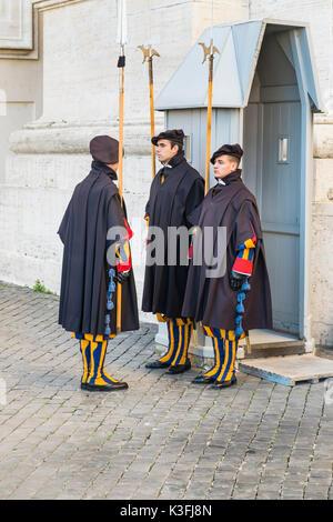 Les Gardes suisses, la basilique St Pierre. Banque D'Images