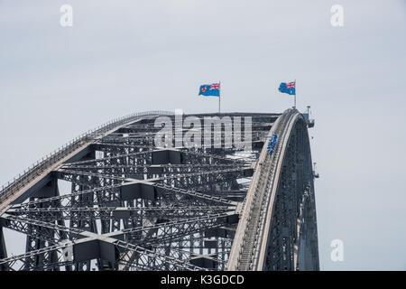 SYDNEY, NSW, Australie-novembre 20,2016: Pont Grimpeurs sur l'acier par arch Sydney Harbour Bridge avec drapeaux Banque D'Images