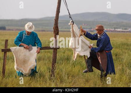 En Mongolie intérieure, Chine - 26 juillet, 2017: vieux vêtements traditionnels hommes mongol le processus de fourrure Banque D'Images