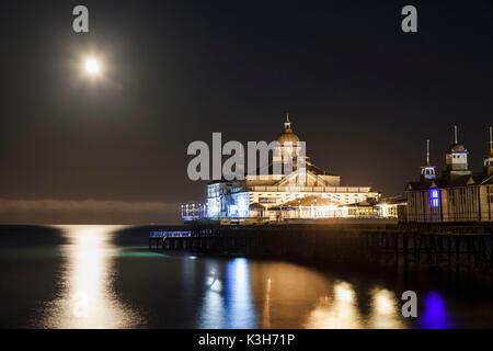 L'Angleterre, l'East Sussex, Eastbourne Eastbourne Pier, dans le clair de lune Banque D'Images