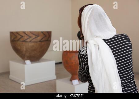 L'Iran, Téhéran, Musée National d'Iran, les femmes visiteurs Banque D'Images