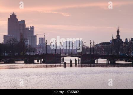 Pays-bas, Amsterdam, l'aube vue du quartier commercial d'Omval la rivière Amstel Banque D'Images