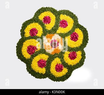 Rangoli fleur pour Diwali ou pongal ou faite à l'aide de l'œillet d'Onam ou zendu fleurs et pétales de rose rouge Banque D'Images