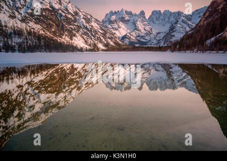 L'Europe, l'Italie, le Tyrol du Sud, Bolzano. La Landro lake avec les sommets du mont Cristallo reflète dans l'eau. Banque D'Images