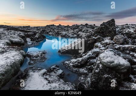 Le blue lagoon, près de l'aéroport international de Keflavik dépeinte au coucher du soleil à la mi-décembre, après Banque D'Images