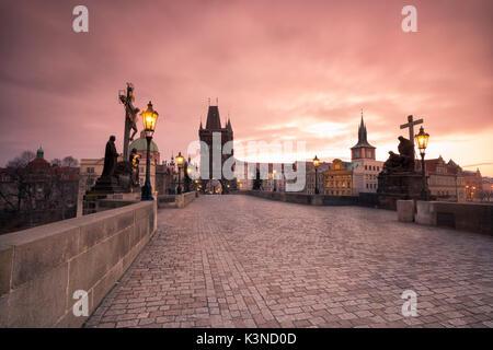 Le Pont Charles, Prague, République tchèque le lever du soleil coloré sur le Pont Charles Banque D'Images