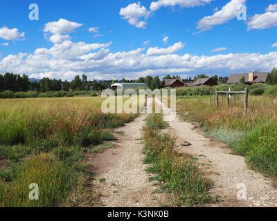 Par un chemin de terre dans les régions rurales des Prairies dans le Colorado. La photo a été prise sur une belle Banque D'Images