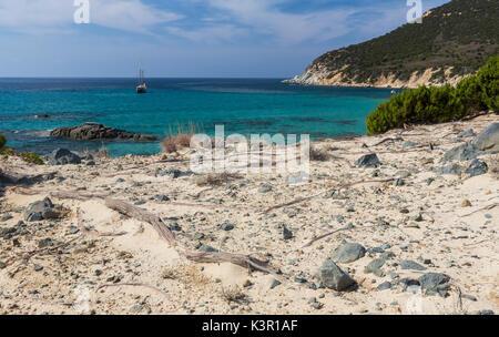 Voilier dans la mer turquoise autour de la plage de Porto Sa Ruxi Villasimius Cagliari Sardaigne Italie Europe