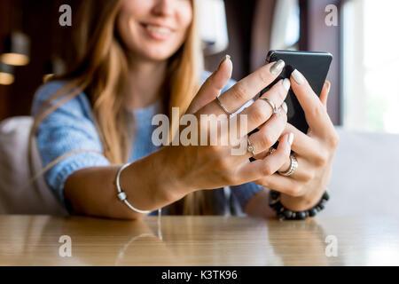 Close up of women's hands holding cell téléphone avec copie vierge d'éboulis de l'espace pour votre publicité message Banque D'Images
