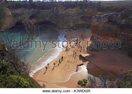 Les touristes sur une plage à Port Campbell National Park, à Victoria, en Australie. Banque D'Images