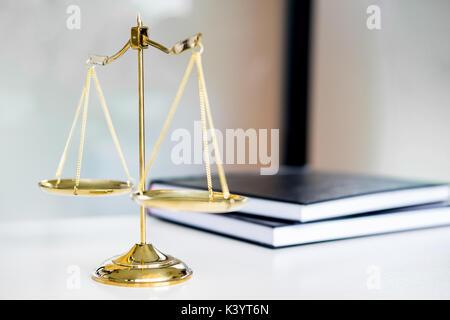 Les échelles de la loi ou de poids d'or et mentions légales livres sur table. Symbole de la justice. Banque D'Images