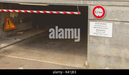 Entrée du parking avec un panneau interdisant aux véhicules de plus de 1,75 m de haut et les véhicules GPL sans Banque D'Images