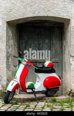 Scooters Vespa garée peint dans les couleurs du drapeau italien, Rome, Latium, Italie Banque D'Images