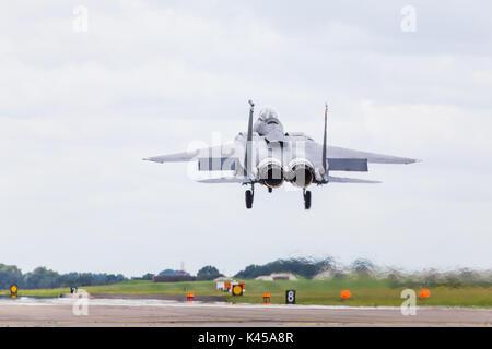 Un F-15E Strike Eagle à partir de la 48e Escadre de chasse soulève son frein de l'air qu'il atterrisse à RAF Lakenheath après une mission en Angleterre.