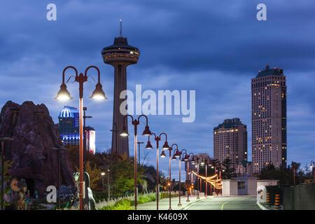 Le Canada, l'Ontario, Niagara Falls, la tour Skylon, Dawn Banque D'Images
