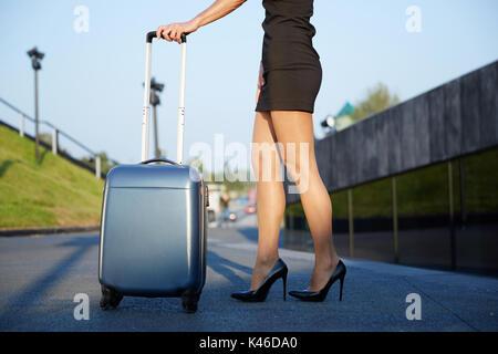 Portrait of businesswoman holding élégant méconnaissable. suitace