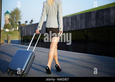 Portrait of businesswoman méconnaissable marche sur la rue et suitcase. Banque D'Images