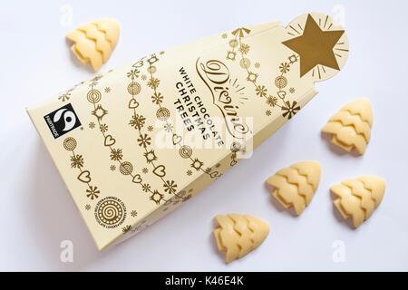 Fort d'arbres de Noël au chocolat blanc divine avec matières déversées isolé sur fond blanc Banque D'Images