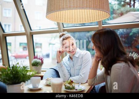 Portrait de jeunes femmes ayant belle conversation de café. Banque D'Images