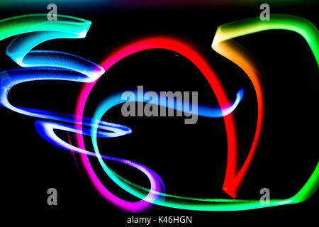 Des lumières colorées photographié de nuit Banque D'Images