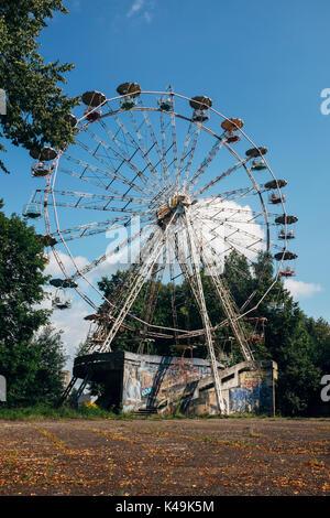 Vieille épave, désaffectées grande roue au parc d'attractions abandonné dans elektrėnai, Lituanie Banque D'Images