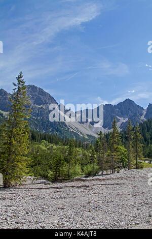 Un puissant lit du ruisseau sans eau rempli de rochers traverse la vallée idyllique Eppzirl Banque D'Images