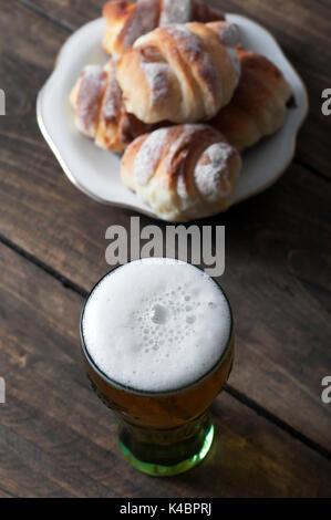 Verre de bière sur une table en bois, d'en haut Banque D'Images