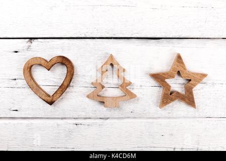 Carte de vœux de noël - décorations en bois sur fond de bois blanc