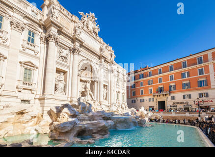 ROME ITALIE Rome Italie nouveau nettoyage de la fontaine de Trevi soutenu par le Palazzo Poli Italie Lazio Rome Banque D'Images